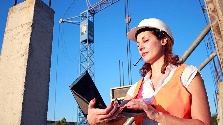 Stavba, žena s notebookem, jeřáb. Ilustrační foto