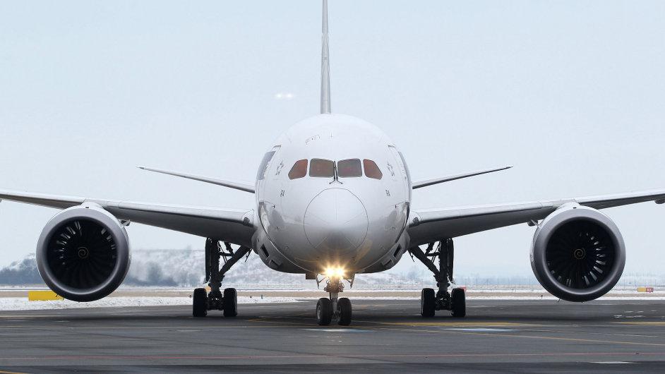 Letadlo Dreamliner při přistání v Praze.
