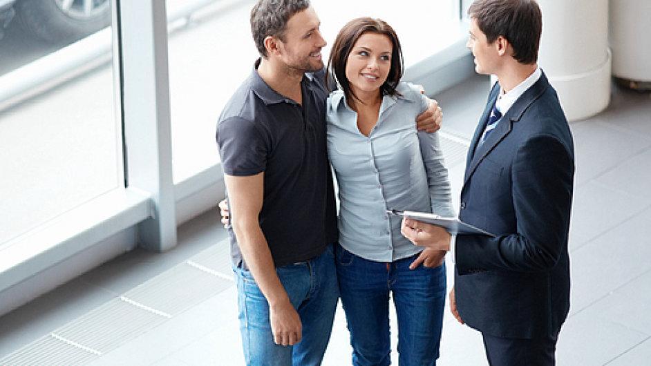 Mladý pár oslovuje prodejce. Zákazník, klient. Ilustrační foto