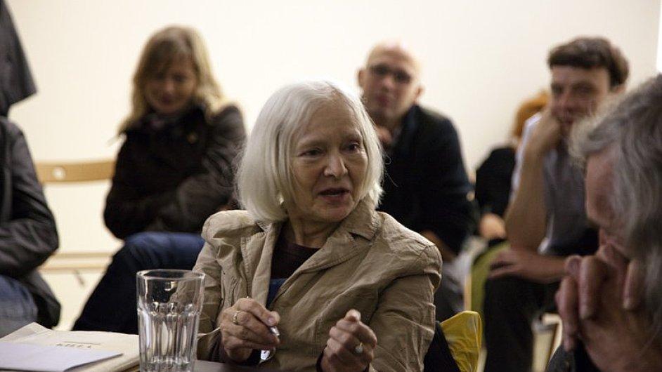 Kritička Věra Jirousová při debatě v galerii Tranzitdisplay v červnu 2010.