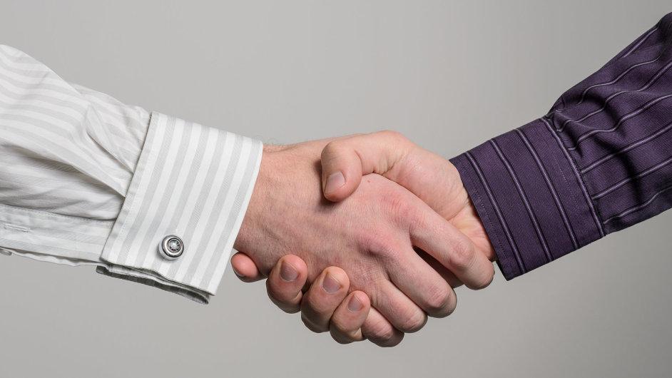 Podání ruky v České republice nezaručuje dobrou smlouvu