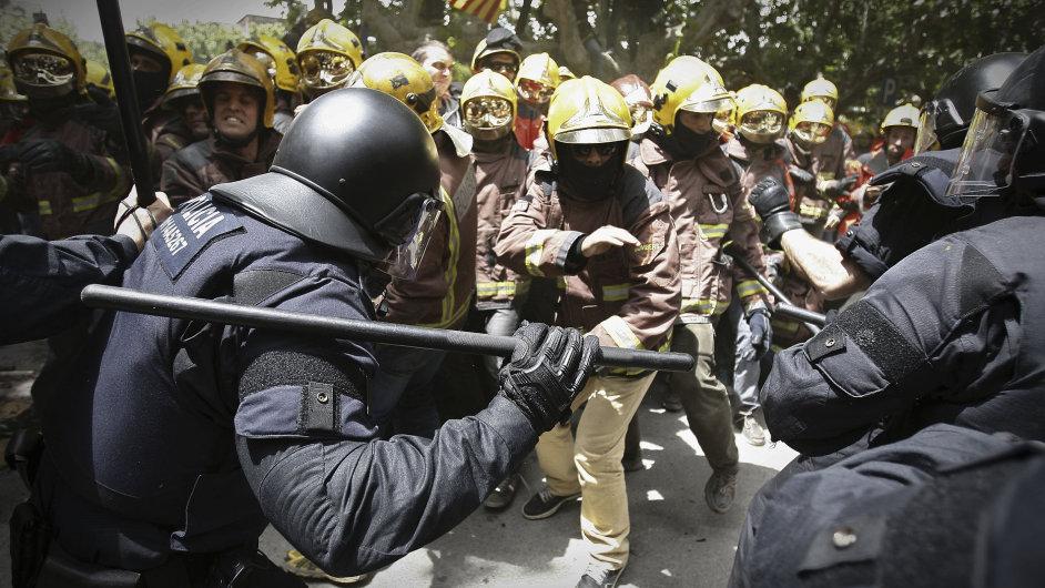 Propouštění se mělo kvůli škrtům týkat i požárníků. V Barceloně se střetli se zásahovou policií.