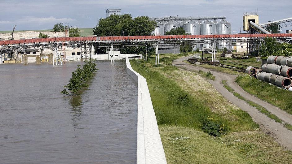 Protipovodňová hráz ochraňující areál továrny Lovochemie v Lovosicích.