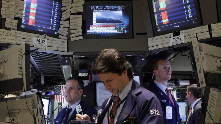 Ilustrační foto - Makléři sledují dění na trzích.