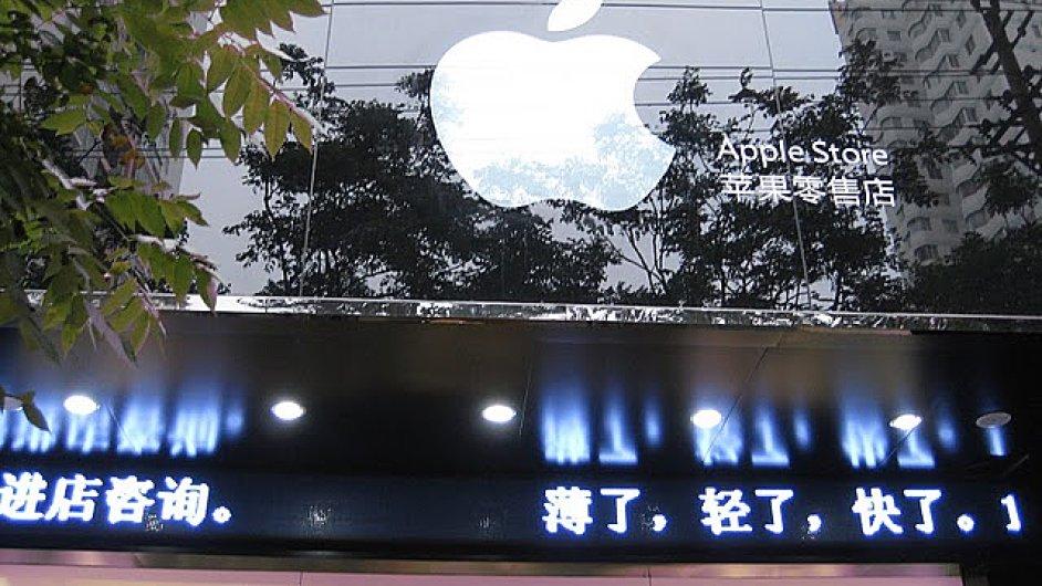 Logo Applu s nápisem Apple Store na falešném obchodě firmy v Číně.