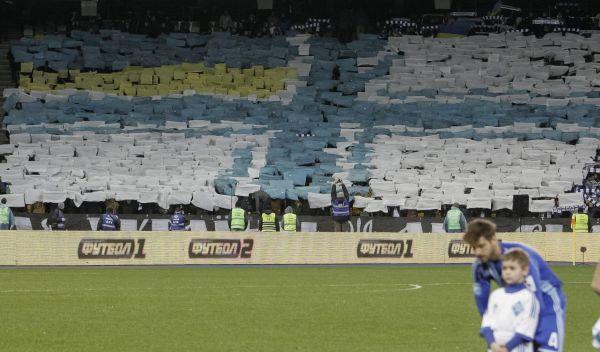 Fotbaloví fanoušci během zápasu mezi Dynamo Kyjev a Tavrivya Simferopol