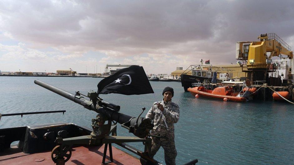 Libyjští rebelové v přístavu Es Sider