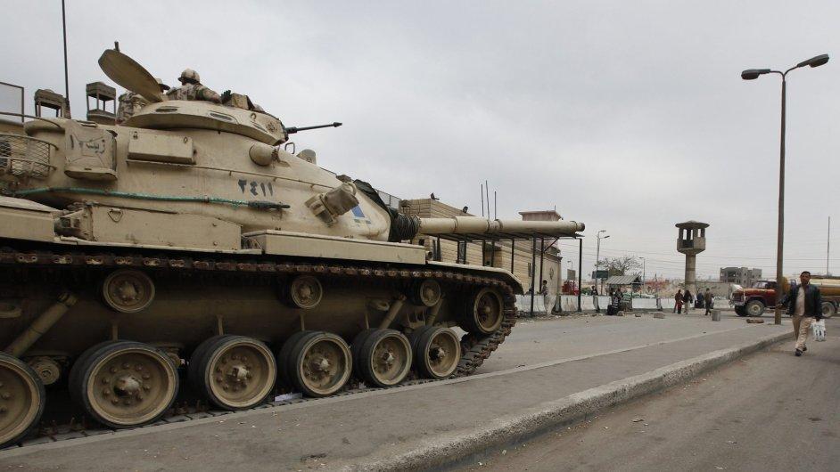 Egyptský tank před věznicí v Káhiře
