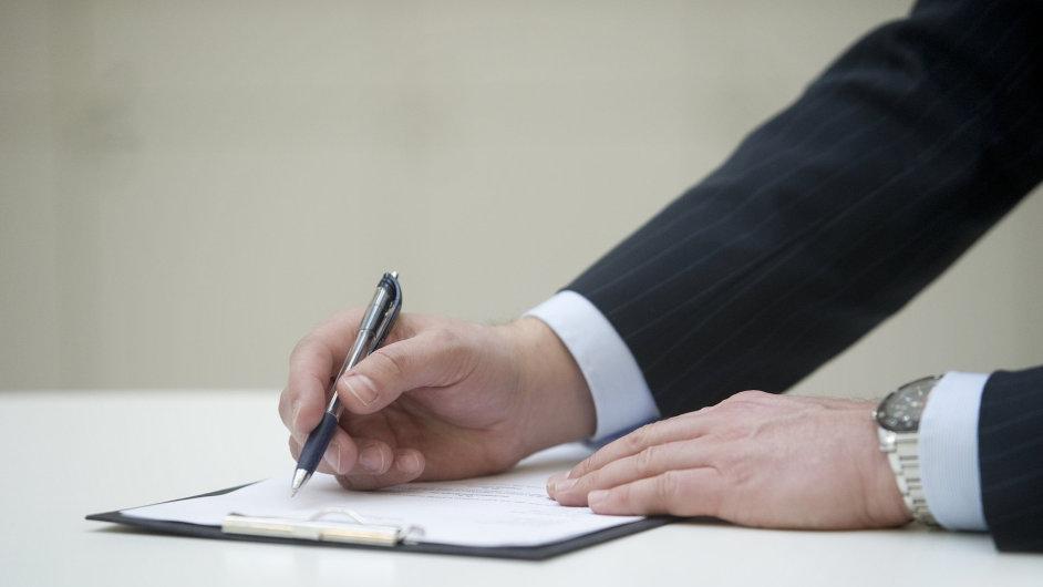 Podpis, psaní, smlouva - ilustrační foto