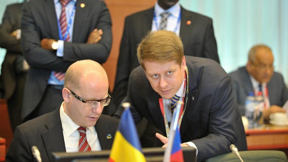 Státní tajemník pro evropské záležitosti Tomáš Prouza s premiérem Bohuslavem Sobotkou loni na začátku dubna v Bruselu před zahájením summitu EU a afrických zemí.