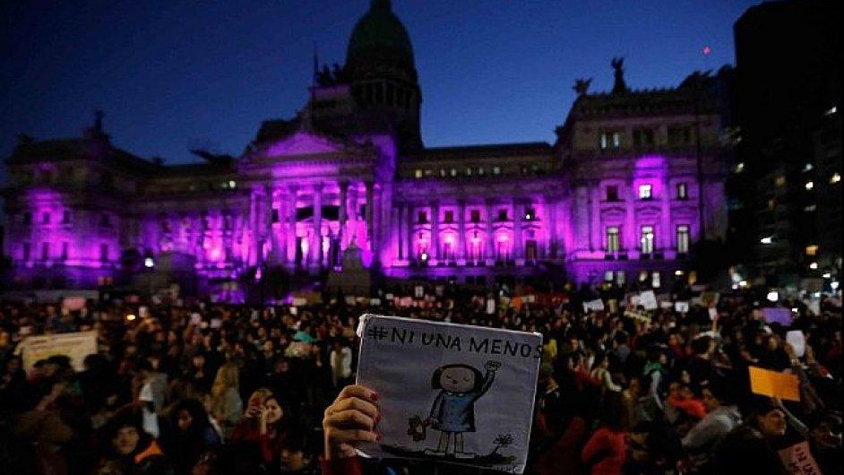 Stotisícová demonstrace proti násilí na ženách stojí před Kongresem