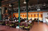 Minipivovar Oliva s restaurac� a pivn�mi l�zn�mi s�dl� ve star� arcibiskupsk� kon�rn� v Doln�ch B�e�anech.