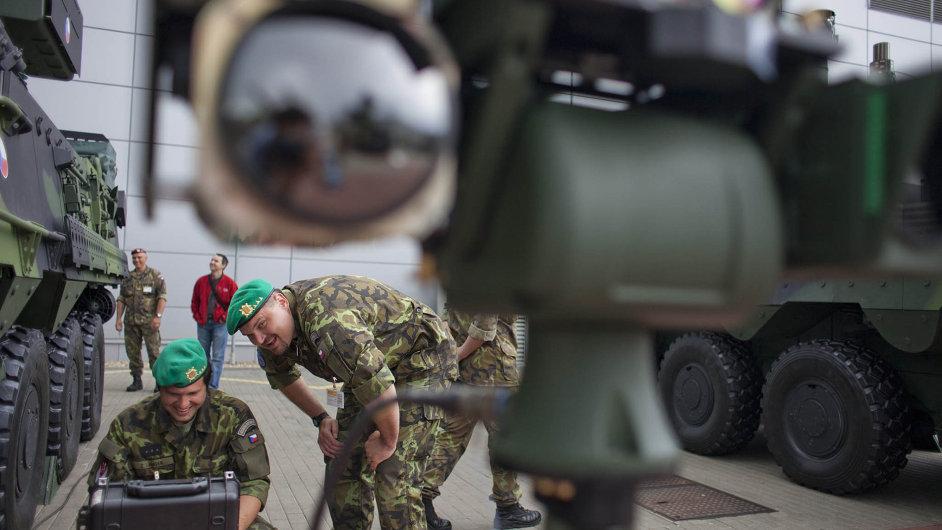 Potřebuje lepší vybavení. Česká armáda bude nakupovat zbraně.