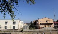 Strážníci obcházejí detenční zařízení pro uprchlíky v Drahonicích