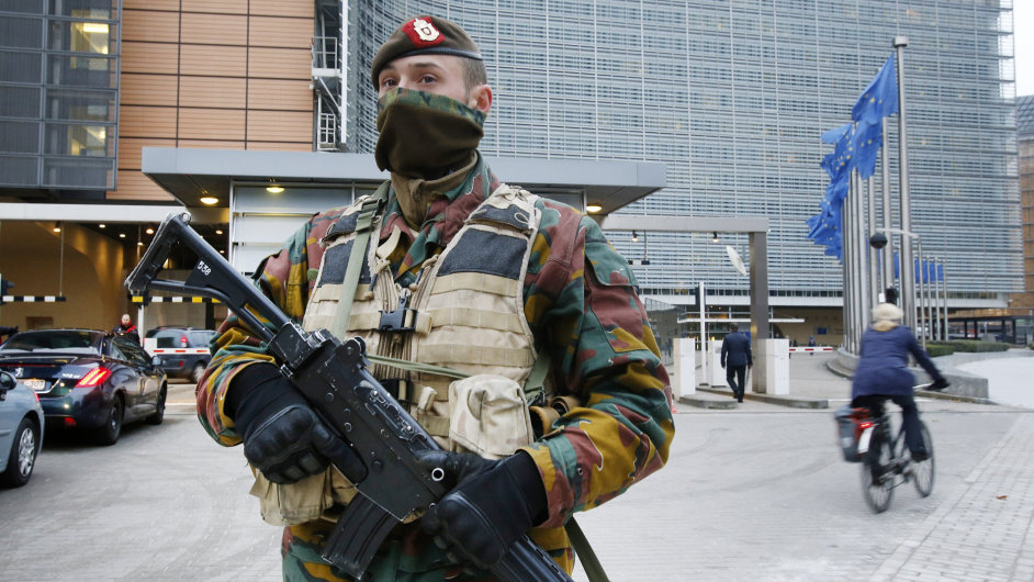 Belgický policista hlídkující před sídlem Evropské komise v Bruselu.