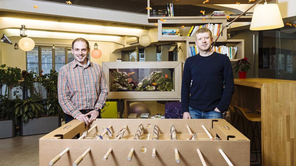 Libor Šimon, jeden ze spolumajitelů Symbia (na fotografii vpravo), a Michal Slavíček, HR manažer firmy (vlevo), si rádi s dalšími kolegy v práci zahrají fotbálek.