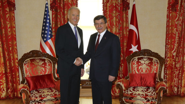 Americký viceprezident Joe Biden a turecký premiér Ahmet Davutoglu.