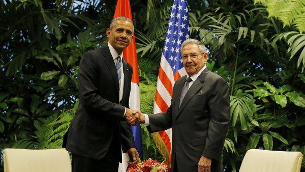 Americký prezident Barack Obama si potřásá pravicí se svým kubánským protějškem Raulem Castrem.