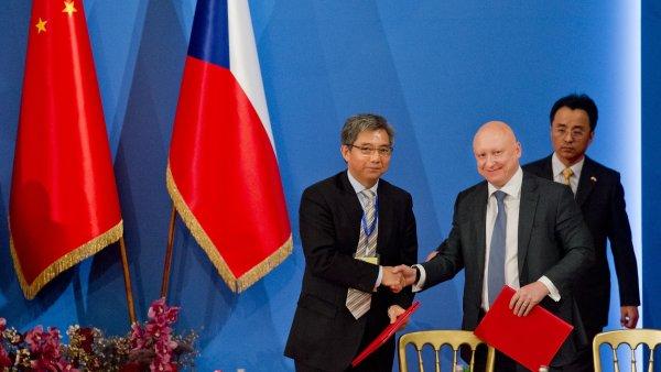 Generální ředitel společnosti ČEZ Daniel Beneš (druhý zprava) podepsal memorandum o porozumění o všestranné spolupráci s China General Nuclear Power Corporation.