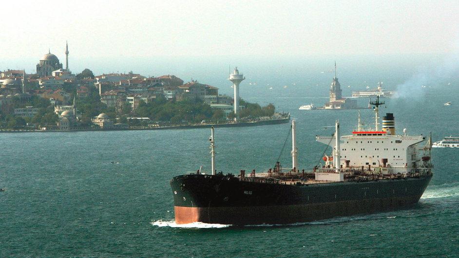 Bosporem každý rok propluje 50 tisíc obchodních lodí.