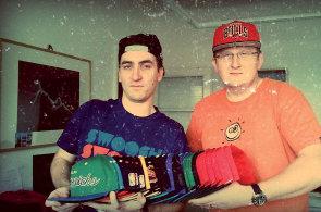 Petr Gürth a Robert Glos žijí kšiltovkami. Jejich streetartový obchod Snapbacks má ke konzervativní módě daleko