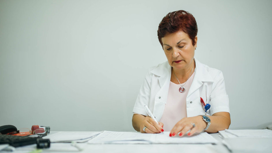 Příliš mnoho papírování: Posudkoví lékaři jsou zavaleni administrativou anapacienty nemají dost času.