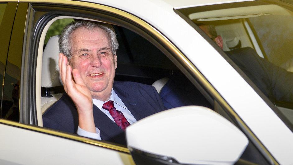 Prezident Miloš Zeman navštívil 15. února výrobní závod společnosti Škoda Auto ve Vrchlabí na Trutnovsku. Na snímku při prohlídce vozu Škoda Kodiaq.