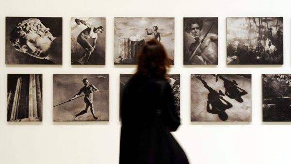 Piotr Uklanski a McDermott & McGough připravili instalaci nazvanou Řecká cesta. Parafrázuje propagandistické dokumenty Leni Riefenstahlové.