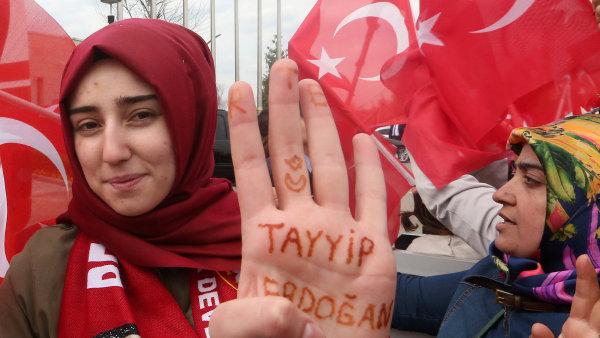 Turci hlasovali pro Erdogana, nebo proti němu.