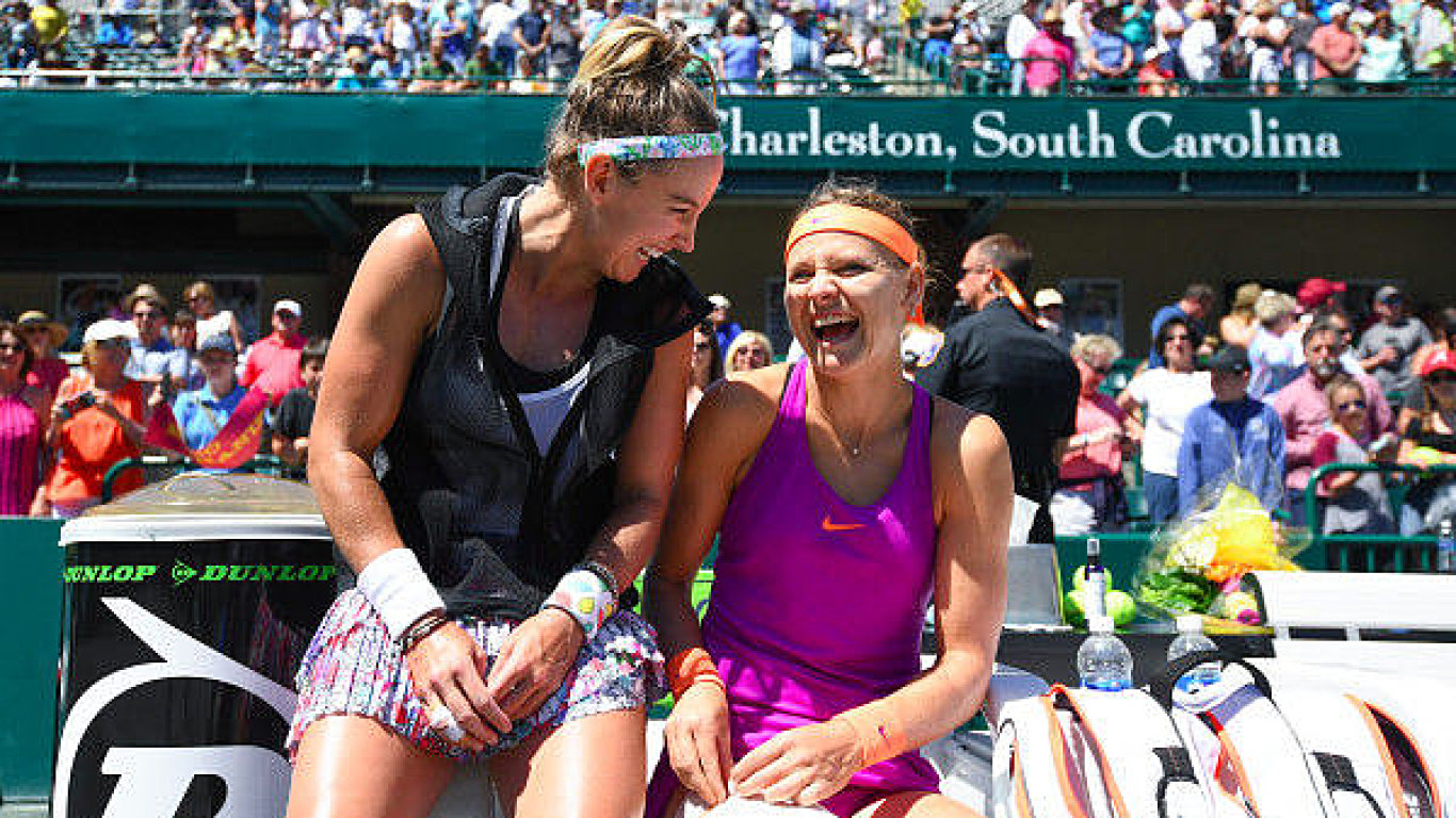 Šafářová se spoluhráčkou Mattekovou.