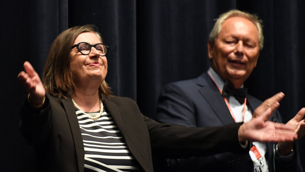 Na snímku ze sobotního uvedení jsou dcera hlavního představitele, herečka Zuzana Kronerová, a syn jednoho z legendární režisérské dvojice Elmar Kloss.