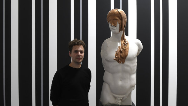Na snímku z výstavy Médium: Figura výtvarník Roman Štětina se svým dílem.