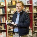 Kniha stojí už dlouho jako deset piv, není drahá, říká knihkupec Kanzelsberger. Kritizuje ale nízké ceny na e-shopech