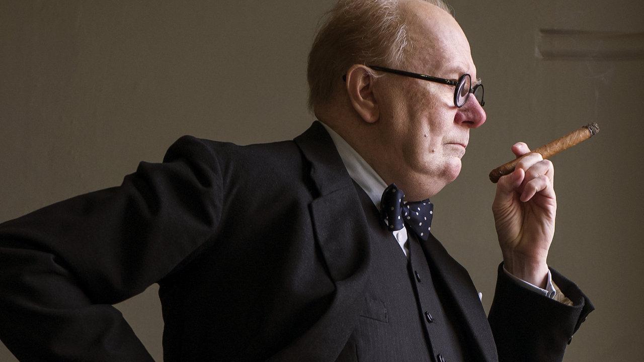 Na snímu z Nejtemnější hodiny, kterou česká kina začnou promítat 11. ledna 2018, je Gary Oldman v roli Winstona Churchilla.