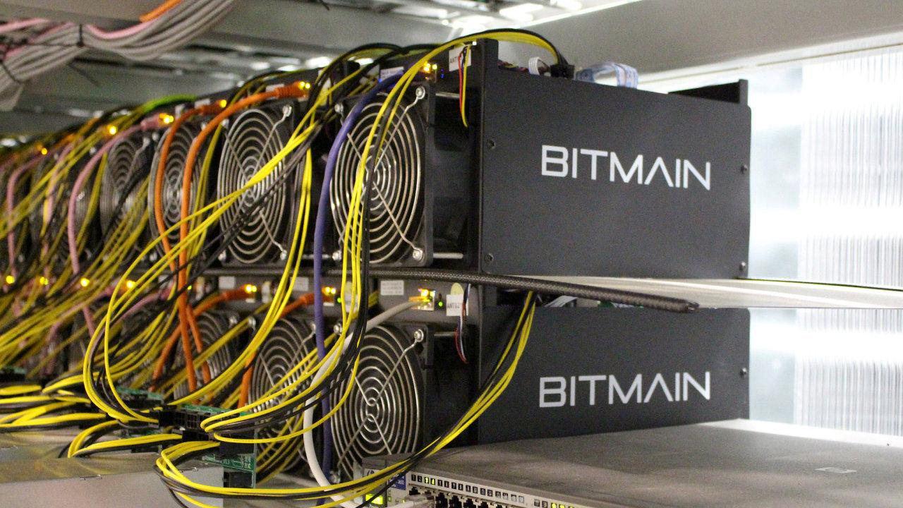 Počítače na těžbu bitcoinu na farmě nedaleko Keflavíku na Islandu.