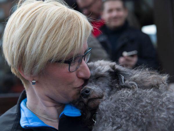 Ministryně obrany Karla Šlechtová a její pes Rambohafík Jess, který vyvolal rozruch poté, co ho Šlechtová posadila na hrob neznámého vojína.