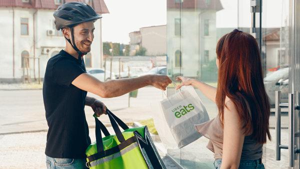 Řidiči Uberu začali rozvážet jídlo z pražskýchrestaurací. Do rozvážky se mohou zapojit i majitelé skútrů či bicyklů.