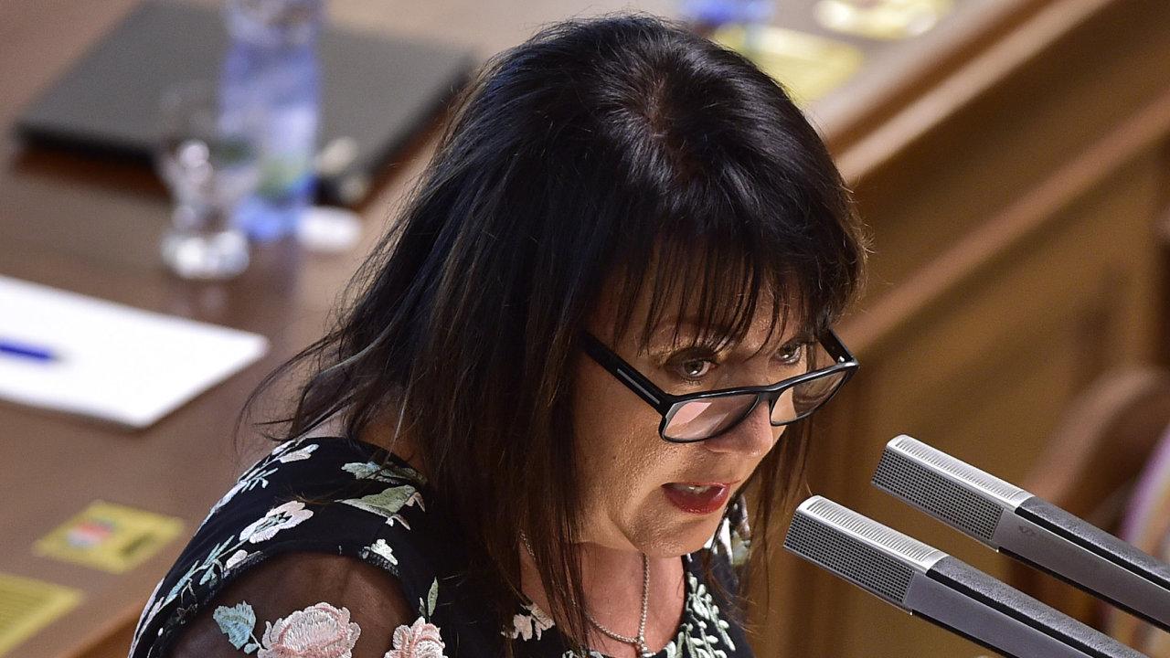 Alena Schillerová: Úřad směl žádat po novomanželích informace.
