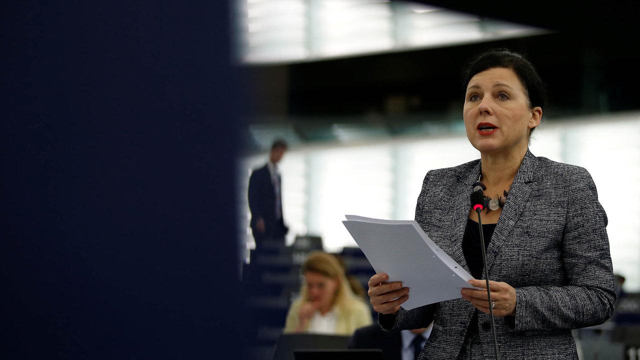"""""""Nemůžeme jen znovu požádat USA, aby splnily svůj závazek jmenovat stálého ombudsmana, který je součástí našeho systému efektivní nápravy,"""" apelovala vBruselu evropská komisařka Věra Jourová."""
