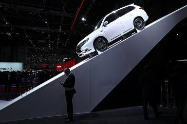 Prestižní ženevský autosalon mnohé významné automobilky už ignorují. Účast je pro ně drahá a účinnější je prezentace na internetu