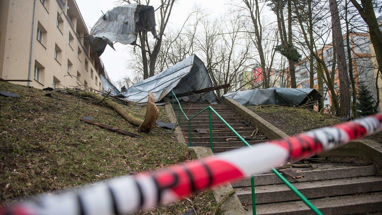 Silný vítr poničil v noci na 11. března 2019 střechu Domova mládeže v Havlíčkově ulici v České Lípě.