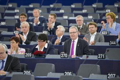 Momentka z projednávání copyrightové směrnice v Evropském parlamentu. S fialovou kravatou zpravodaj směrnice Axel Voss.