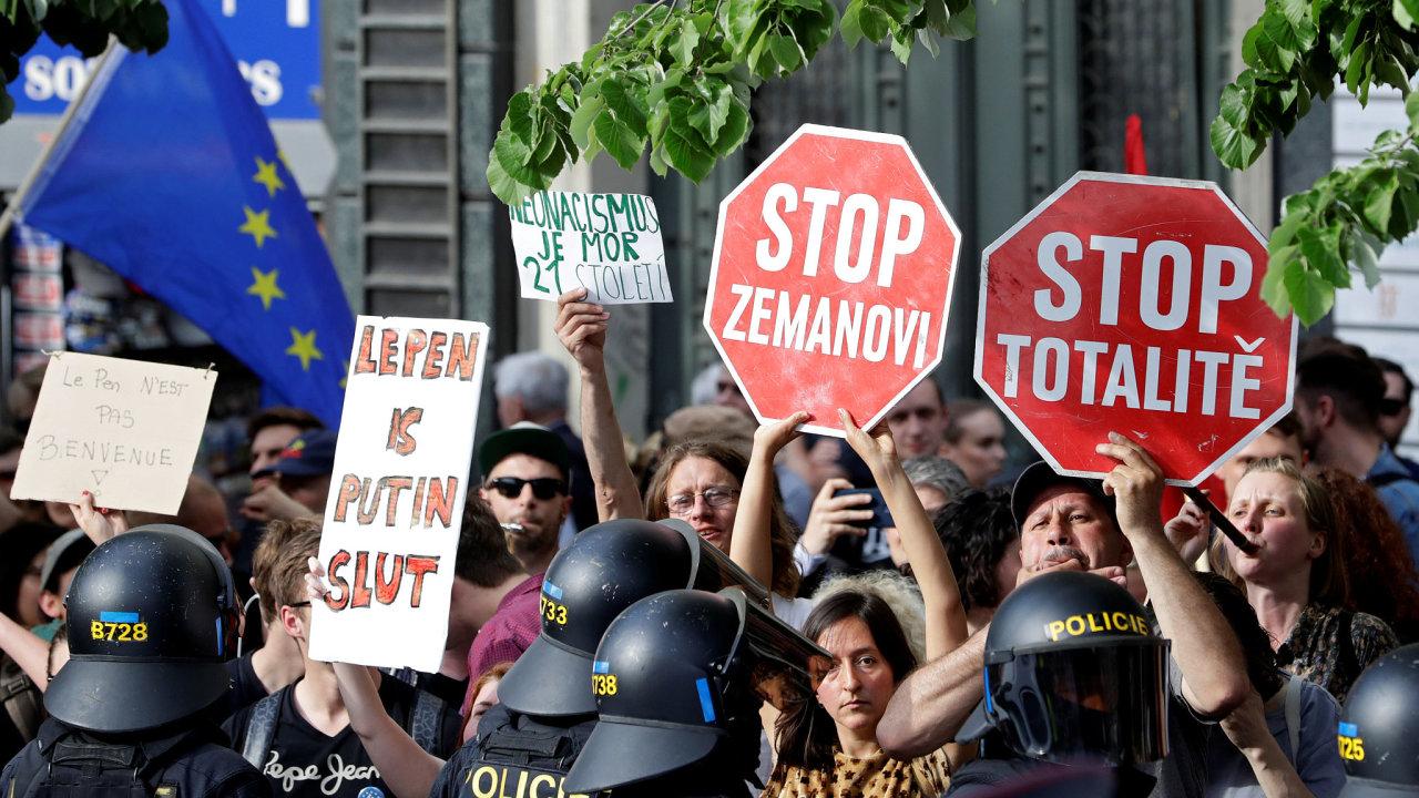 Demonstranti proti nacionalistickým vůdcům