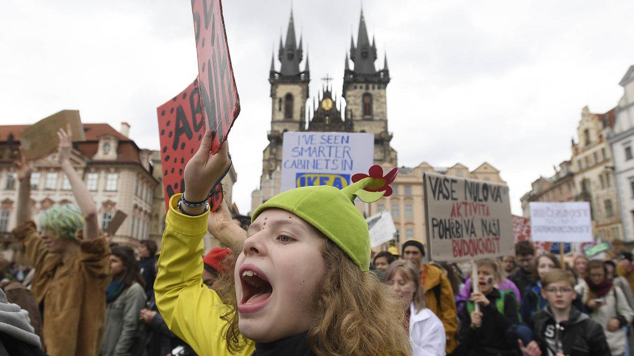 Proti změně klimatu: Studenti demonstrovali vcentru Prahy ivdalších dvou desítkách měst vČesku zalepší ochranu klimatu asnižování emisí.