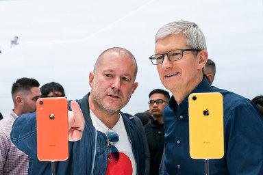 Jony Ive a šéf Applu Tim Cook při představení iPhonu XR.
