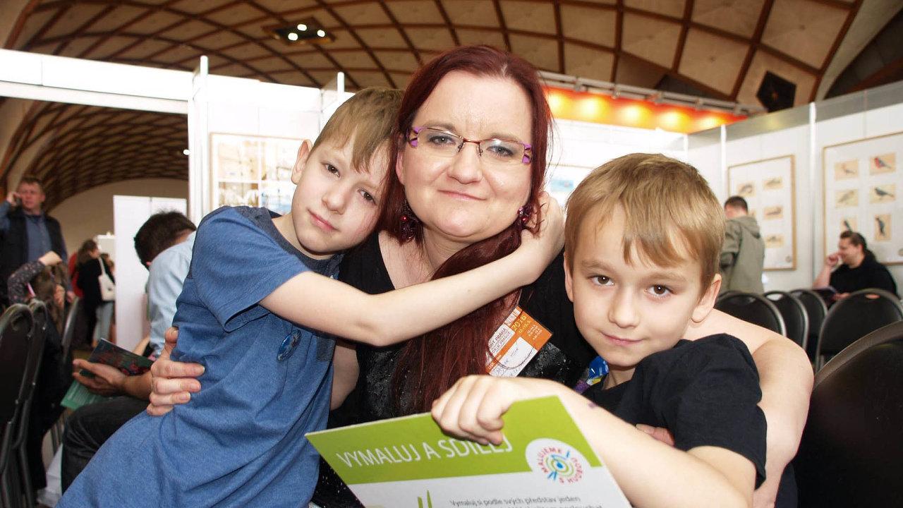 Dagmar Holá, šéfredaktorka internetového magazínu Atyp, je maminkou třináctiletého Kuby (vlevo). Diagnózu Aspergerova syndromu uněj lékaři zjistili vosmi letech.