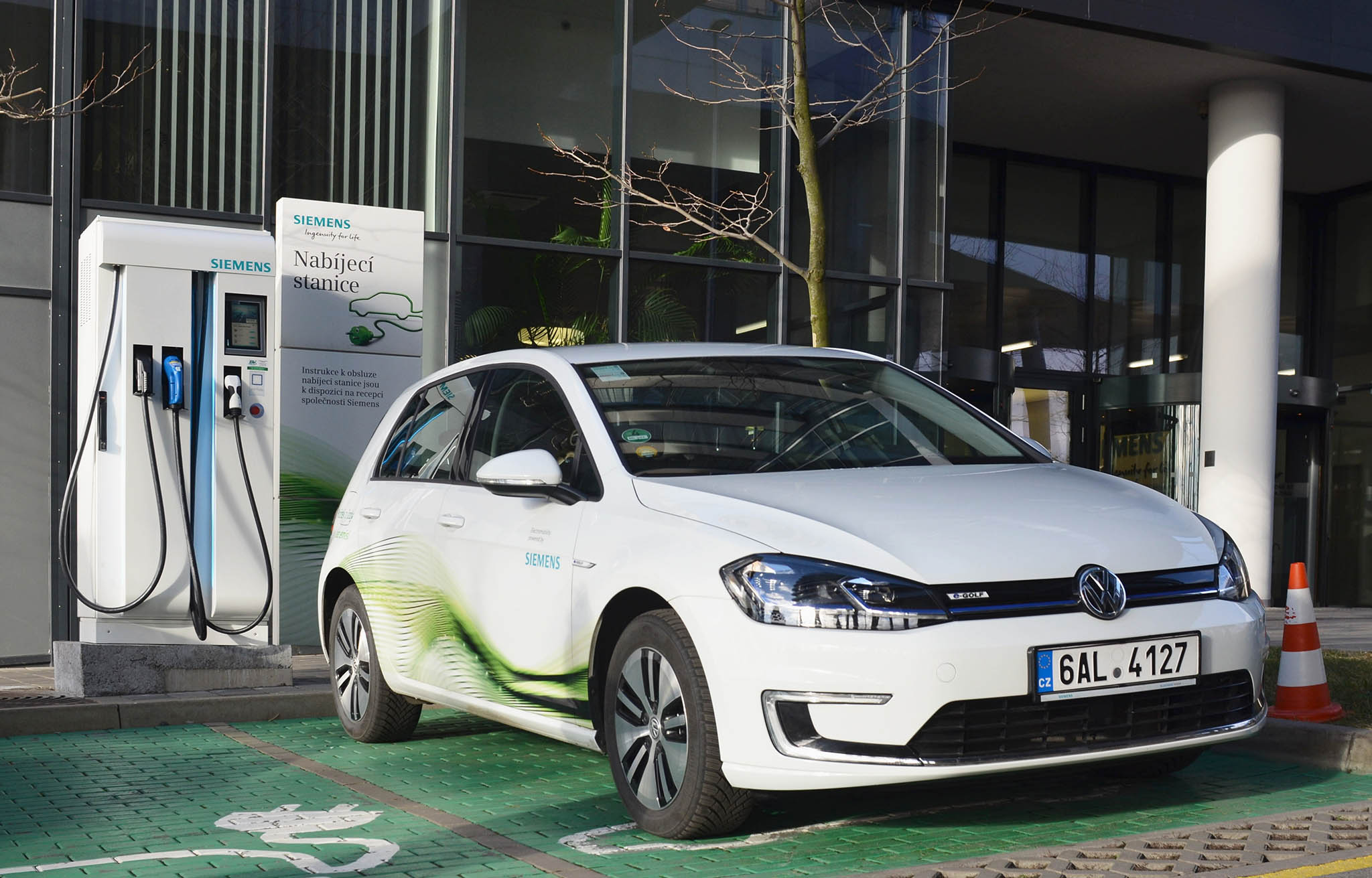 Elektromobily pro Siemens představují možnost, jak snížit firemní uhlíkovou stopu. Volkswagen e-Golf vpražském car poolu je nejoblíbenějším anejvytíženějším automobilem vůbec.