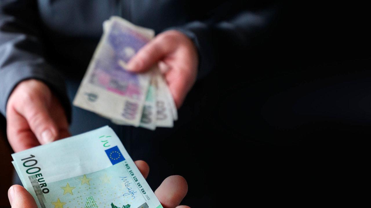 Zprůzkumů dlouhodobě vychází, že tři čtvrtiny Čechů jsou proti přijetí eura.