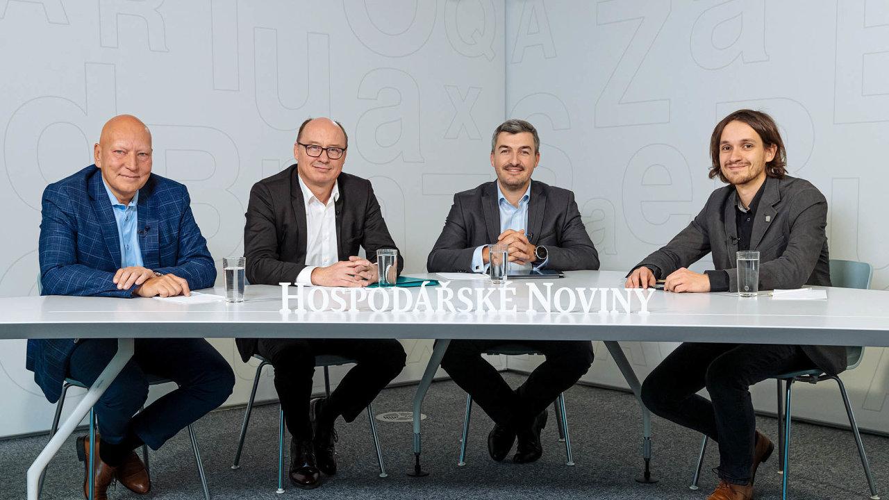 Trend elektromobility se zrychluje. Nadebatě HN diskutovali (zleva) Tomáš Hüner za Siemens, Pavel Elis (Pražská energetika) a Jan Zápotočný (E.ON). ZaHN moderoval Adam Váchal.