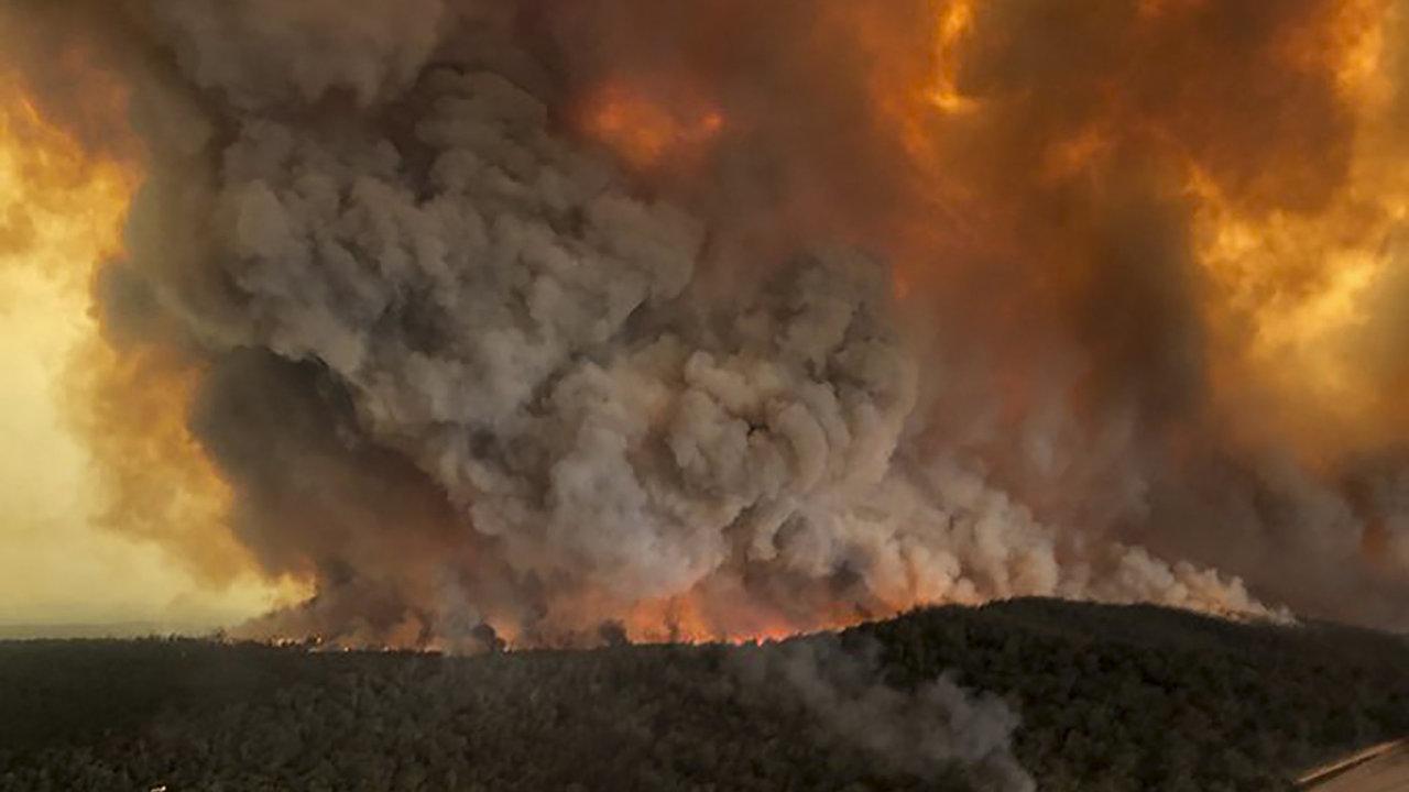 Katastrofální požáry zničily na jihovýchodě Austrálie od září více než 2000 domů a 10,3 milionu hektarů porostu, což je území přesahující rozlohou Českou republiku.